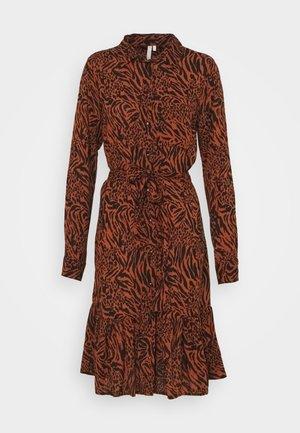 PCBRENNA DRESS - Vestido camisero - mocha bisque