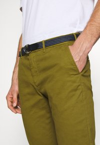Scotch & Soda - STUART PEACHED WITH GIVE AWAY BELT - Chino - military green - 3