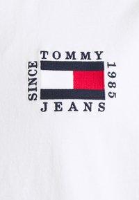 Tommy Jeans Plus - BOX FLAG TEE - Print T-shirt - white - 2