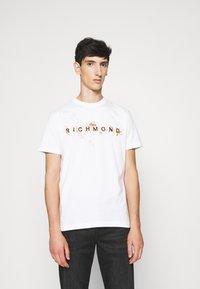 John Richmond - ILESANDI - Print T-shirt - off white - 0
