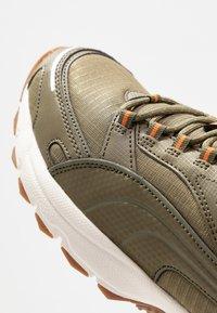 Puma - AXIS - Zapatillas - burnt olive/jaffa orange/silver/whisper white - 5