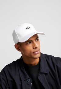 Armani Exchange - Pet - white/black - 1