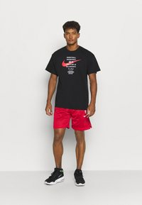 Nike Performance - TEE GLOBAL CONTENT  - Print T-shirt - black - 1