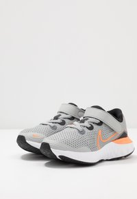 Nike Performance - RENEW RUN - Scarpe running neutre - light smoke grey/total orange/black/white - 3