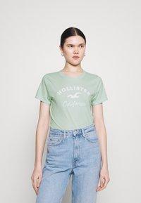 Hollister Co. - TECH CORE - Print T-shirt - light green - 0