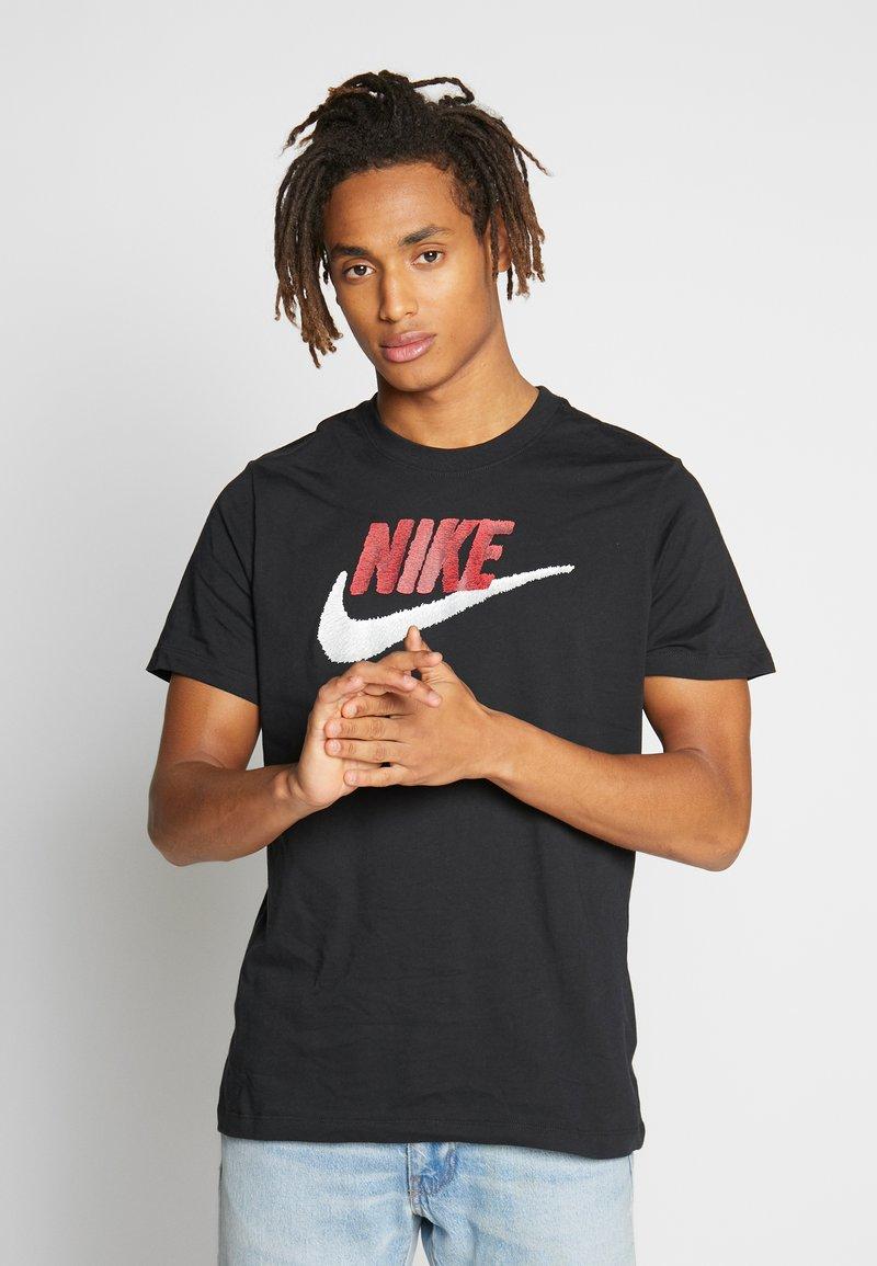 Nike Sportswear - Print T-shirt - black/university red