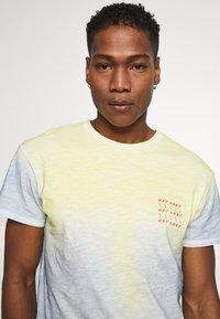 Jack & Jones - JORSOAP TEE CREW NECK - Camiseta estampada - ashley blue - 3