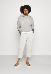 CLOSED - HOODIE WITH WHITE LOGO ACROSS CHEST - Sweatshirt - grey - 1