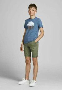 Jack & Jones Junior - JUNGS PINSELSTRICH - Print T-shirt - ensign blue - 0