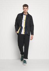 Karl Kani - UNISEX SIGNATURE STRIPE TEE - Print T-shirt - navy - 1