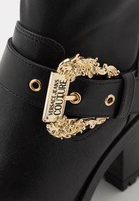 Versace Jeans Couture - Stivaletti con plateau - nero - 2