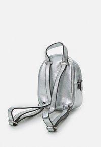 Guess - TIA - Rucksack - silver - 1