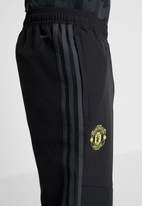 adidas Performance - MANCHESTER UNITED FC - Tracksuit bottoms - black/green - 3