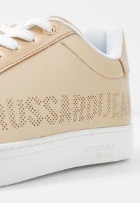 Trussardi Jeans - Matalavartiset tennarit - gold - 2