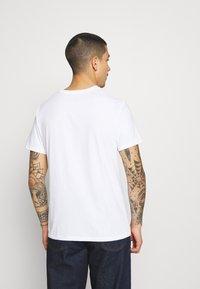 Levi's® - PRIDE COMMUNITY TEE - Print T-shirt - white - 2