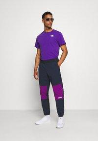 adidas Originals - WOVEN PANTS - Pantaloni sportivi - legend ink/glory purple - 1