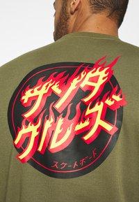 Santa Cruz - FLAMING JAPANESE DOT CREW UNISEX - Hoodie - army green - 5