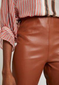 Soaked in Luxury - KAYLEE KICKFLARE PANTS - Stoffhose - mocha bisque - 5