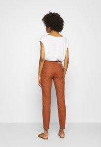comma - Spodnie materiałowe - cognac - 2