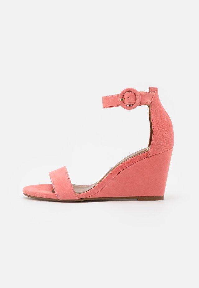 Sandály na klínu - mudejar