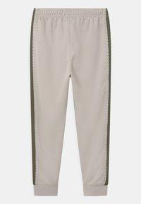 Nike Sportswear - REPEAT - Verryttelyhousut - desert sand/medium olive/white - 1