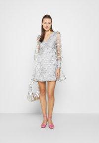 Who What Wear - V-NECK EMPIRE DRESS - Koktejlové šaty/ šaty na párty - silver - 1