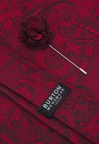 Burton Menswear London - TIE HANKIE AND PIN SET - Tie - red - 4