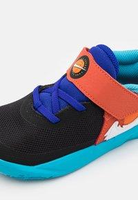 Nike Performance - TEAM HUSTLE D 10 SE UNISEX - Scarpe da basket - black/white/concord/university gold - 5