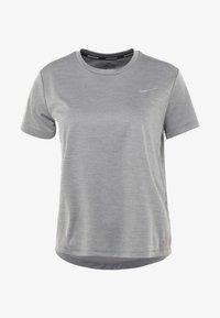 Nike Performance - MILER  - T-shirts print - gunsmoke/reflective silver - 3