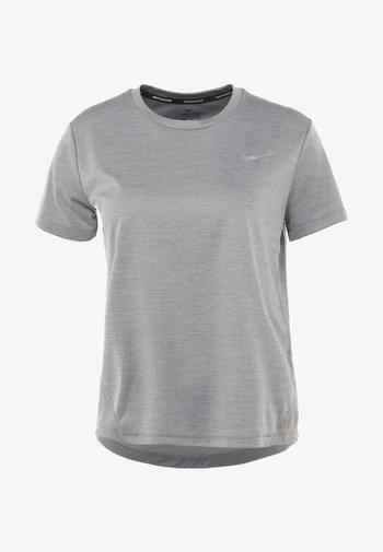 MILER - T-shirts med print - gunsmoke/reflective silver