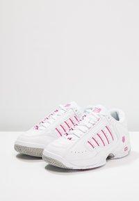 K-SWISS - DEFIER RS - Tenisové boty na všechny povrchy - white/very berry - 2