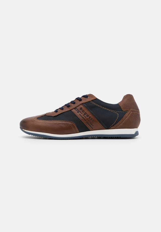 TOMEO - Trainers - brown/dark blue