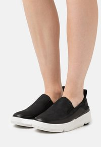 Clarks - TRI FLASH STEP - Matalavartiset tennarit - black - 0