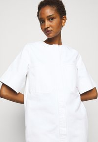 Victoria Victoria Beckham - FRAYED HEM MINI DRESS - Sukienka jeansowa - white - 5
