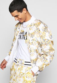 Versace Jeans Couture - RISTOP PRINTED LOGO BAROQUE - Bomberjacke - bianco ottico - 3