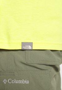 The North Face - M S/S EASY TEE - EU - T-shirt med print - lemon - 6