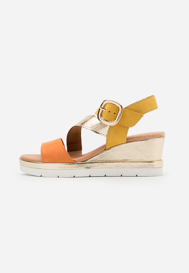 Sandalias con plataforma - multicolor