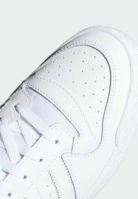 adidas Originals - FORUM MID UNISEX - Höga sneakers - ftwr white/ftwr white/ftwr white - 8