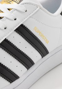adidas Originals - SUPERSTAR VEGAN - Sneaker low - footwear white/core black/green - 7