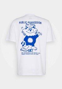 Carhartt WIP - PUBLIC POSSESSION - T-shirt med print - white/blue - 1