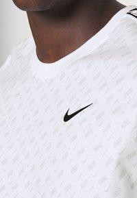 Nike Sportswear - REPEAT TEE - T-shirt med print - white/black - 5