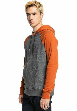 ESSENTIALS - Sweat à capuche - dark grey/orange