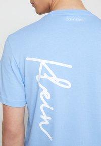 Calvin Klein - SUMMER SCRIPT LOGO - T-shirt con stampa - blue - 6