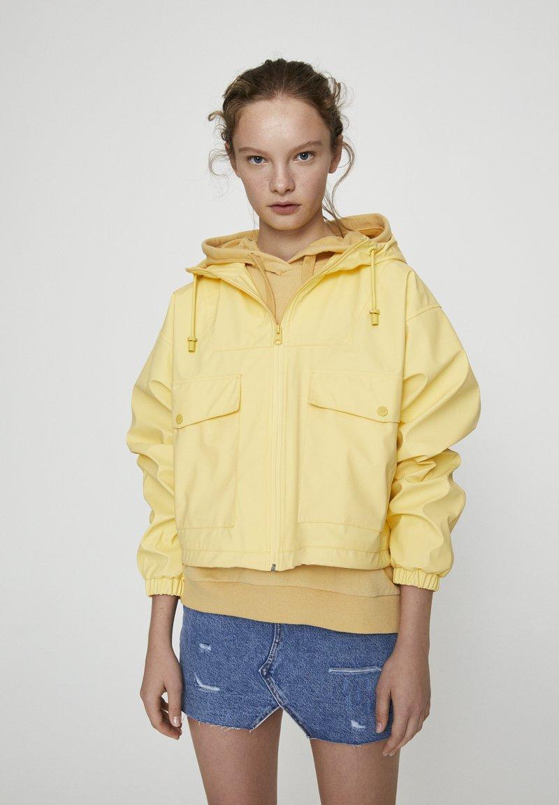 PULL&BEAR - MIT KAPUZE UND TASCHEN - Vodotěsná bunda - yellow
