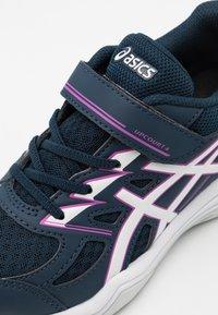 ASICS - UPCOURT UNISEX - Chaussures de tennis toutes surfaces - french blue/digital grape - 5