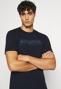 Napapijri - SEBEL - Print T-shirt - blue marine - 3