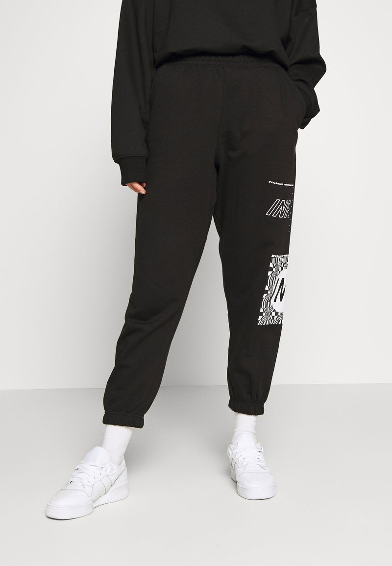 Missguided Petite - GRAPHIC - Tracksuit bottoms - black