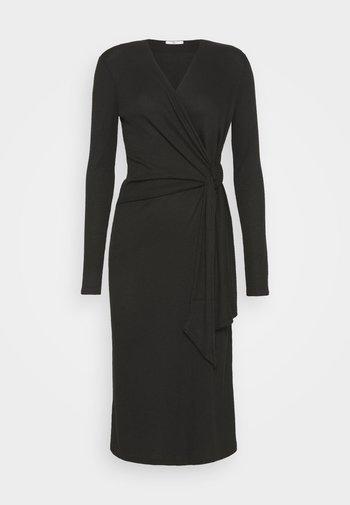 TIE MIDI DRESS - Pletené šaty - black