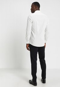 OLYMP Level Five - OLYMP LEVEL 5 BODY FIT - Formal shirt - offwhite - 2