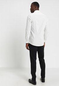OLYMP Level Five - OLYMP LEVEL 5 BODY FIT - Koszula biznesowa - offwhite - 2